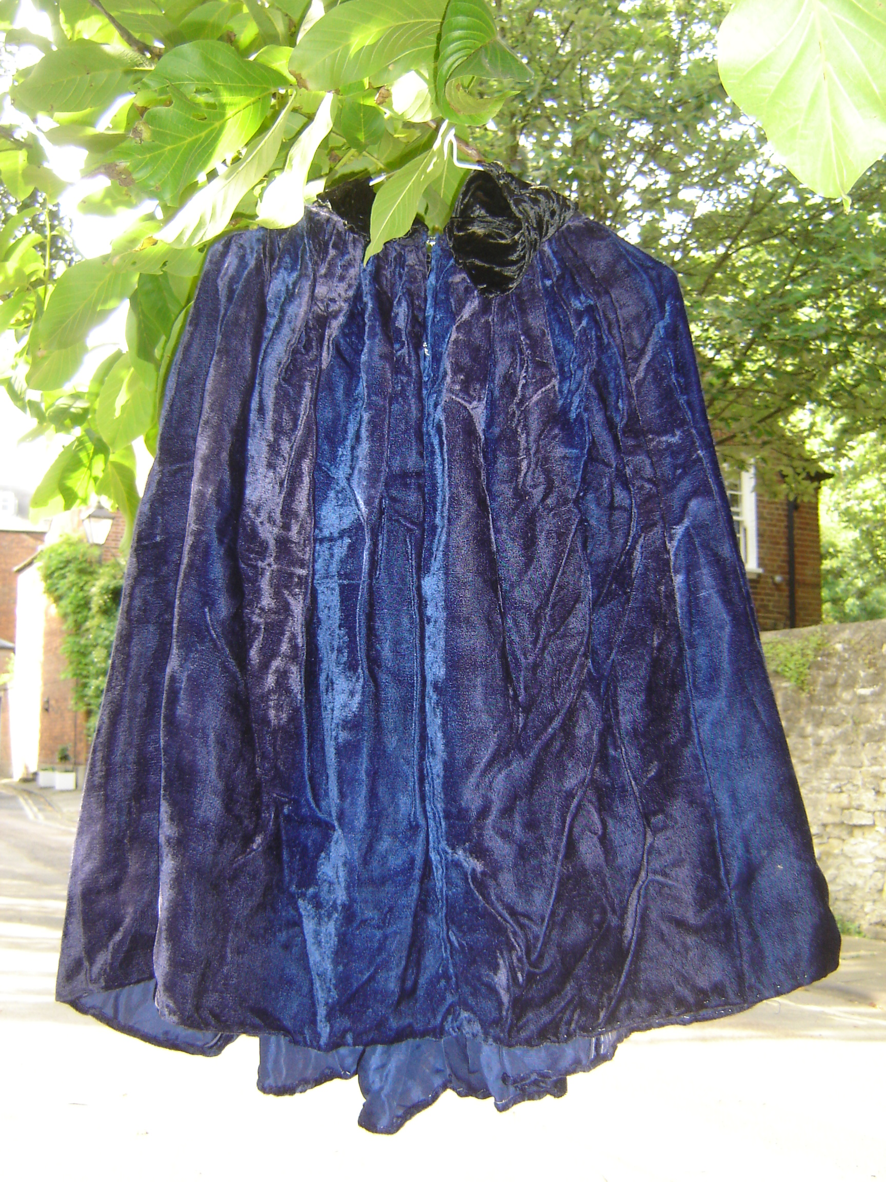 Short blue velvet cape.